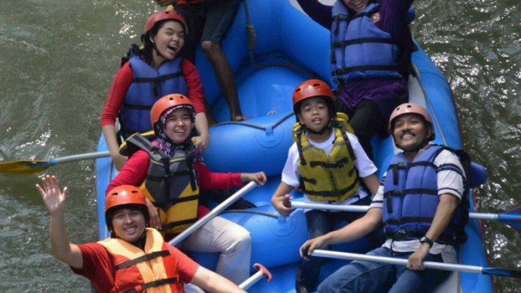 Try A New Experience In Your Holiday: Rafting