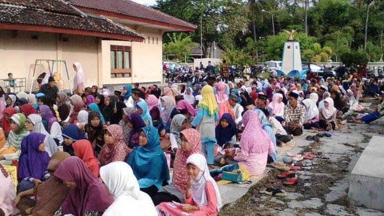 AMuslima Inspiring Action: Shared Prayer Clothes and Hijab